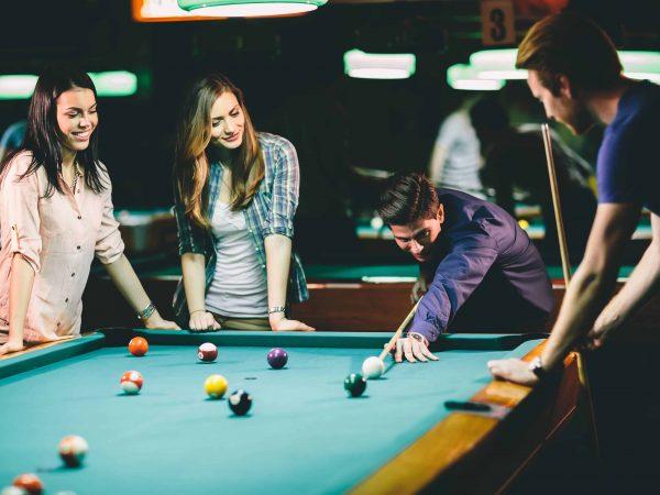 Junge Leute spielen Billard