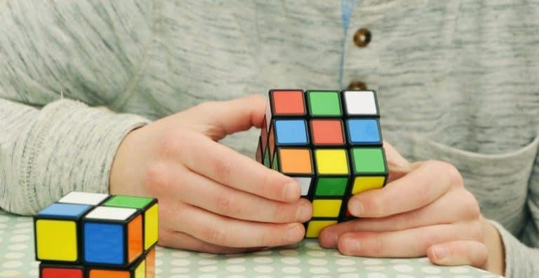 Mann spielt mit Rubics Cube