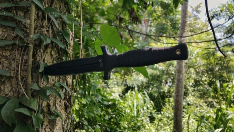 Messer steckt in Baumrinde