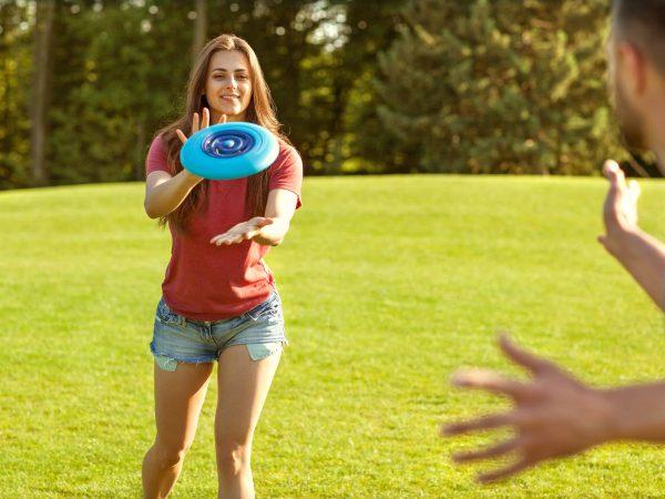 Paar-Frisbee-spielen